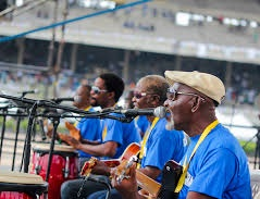 Fatai Rolling Dollar and Band performing